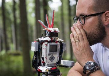 Ihminen kuiskaa robotin korvaan