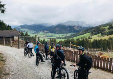 Talentree pyöräilijöitä hiekkatiellä Italiassa