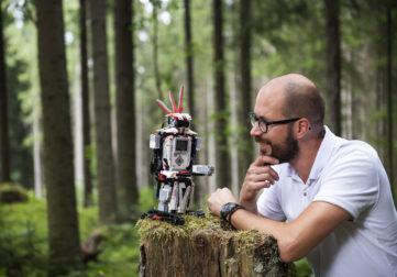Mies keskustelee robotin kanssa