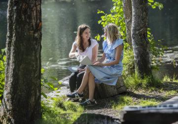 Kaksi naista tietotyössä luontomaisemassa