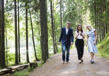 kolme tietotyöläistä kävelee ulkoilureitillä