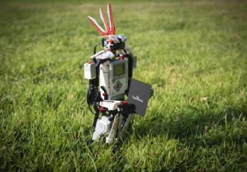 Legorobotti käyntikortin kanssa