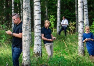 Mobiilisovellus, ihmiset metsässä puhelimet käsissään